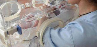 infermiera con neonato
