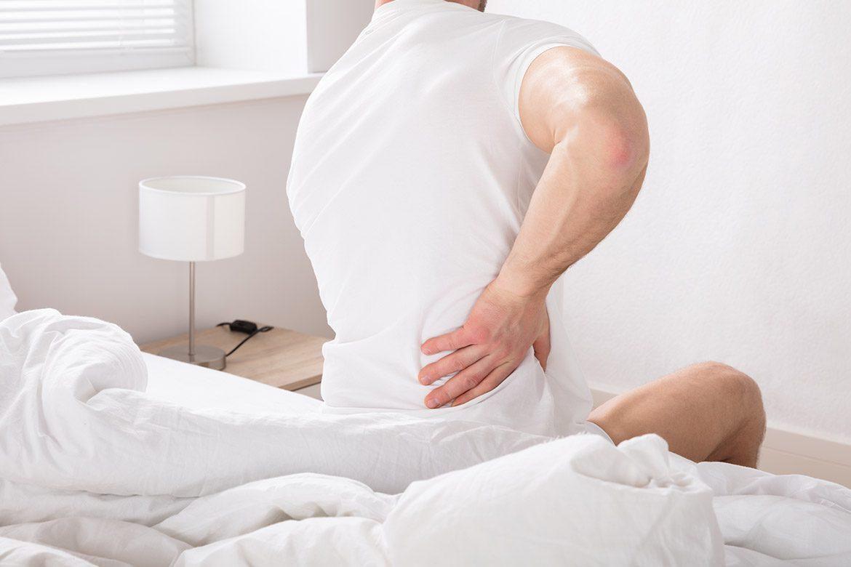 Mal di schiena appena alzati dal letto ecco 5 possibili cause salutelab - Mal di schiena a letto cause ...
