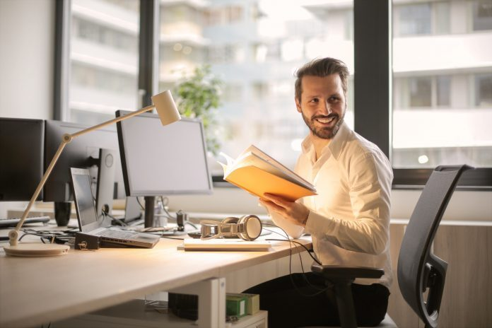 Come sedersi correttamente alla scrivania