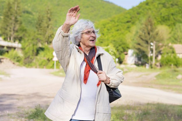 anziana-che-cammina