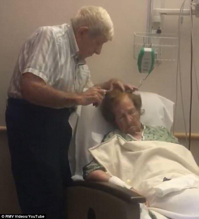 marito pettina la moglie in ospedale
