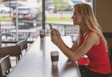 donna con lo smartphone