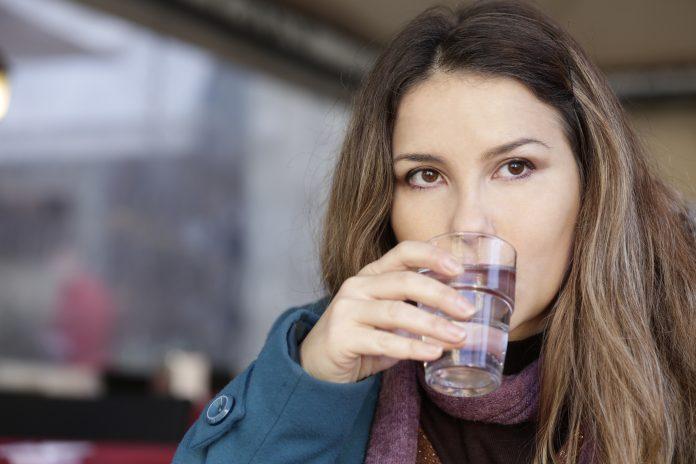 bere-acqua-durante-i-pasti