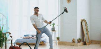 perché gli uomini che fanno le pulizie in casa sono più felici